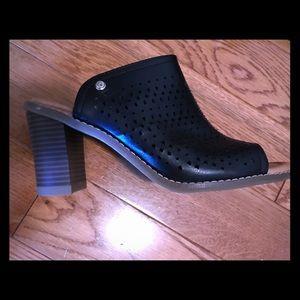 Black leather peep-toe mules